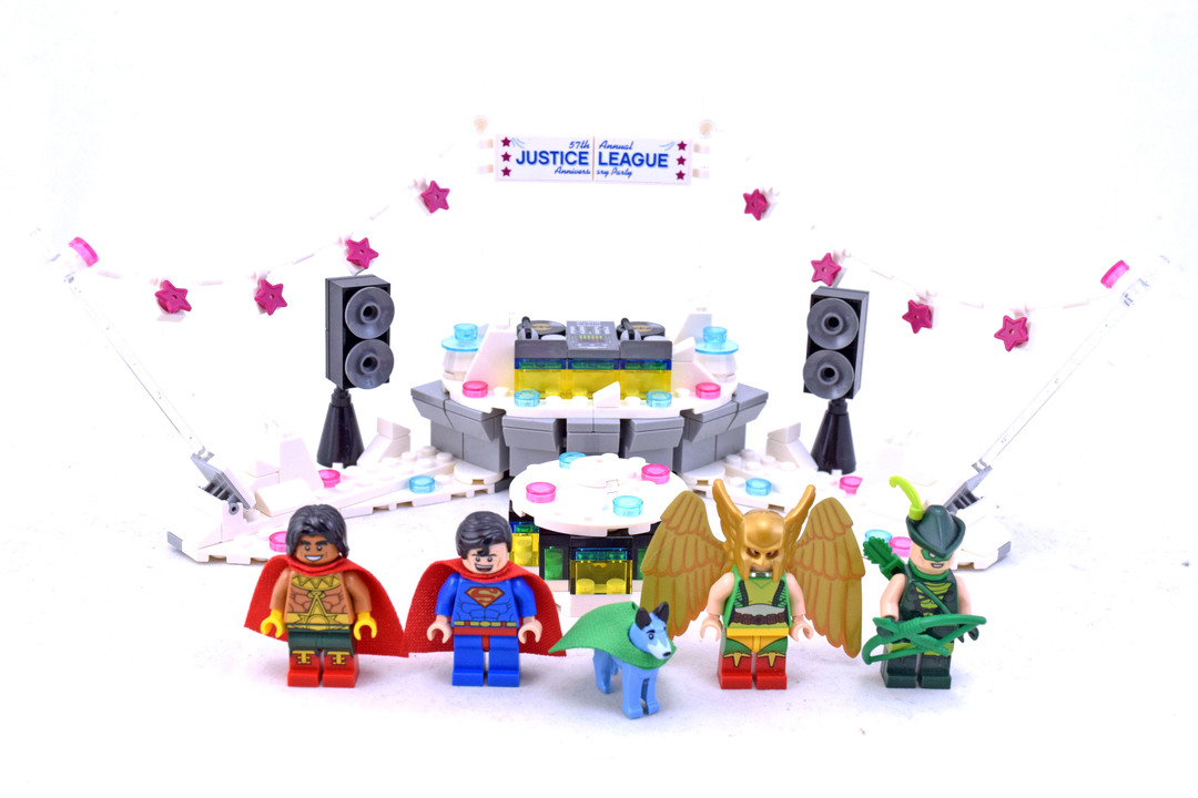 The Justice League Anniversary Party - LEGO set #70919-1 - 1